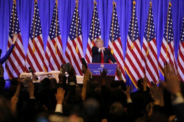 1月12日、トランプ次期米大統領は、当選後初となる記者会見を開き、海外移転企業に対しては重い国境税を課す方針や薬価改革などを表明した。11日記者会見場のトランプタワーで撮影(2017年 ロイター/Lucas Jackson)