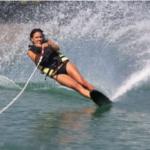 水の上の非日常、「水上スキー」とは?一味違うマリンスポーツ
